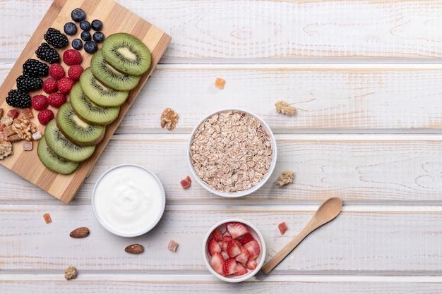 Fruts z jogurtem i muesli na biurku