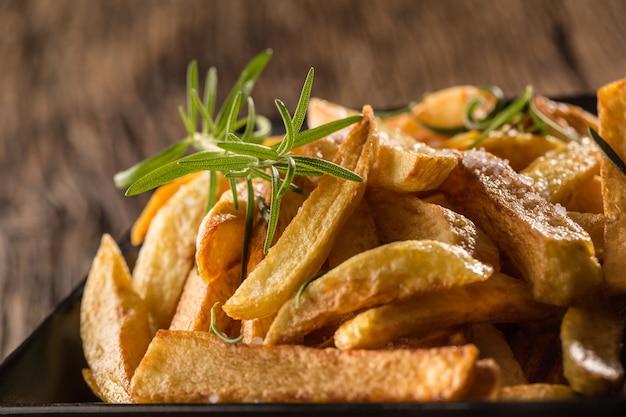 Frytki. domowe frytki ziemniaczane z solą i rozmarynem.
