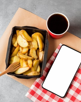 Frytki i cola z pustym telefonem