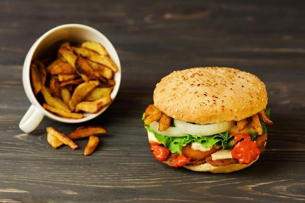 Frytki i soczysty burger mięsny z wołowiną, serem, pomidorami, sałatą, cebulą.