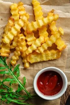 Frytki i sos pyszne przekąski, fast food, smażone ziemniaki. jedzenie . copyspace. widok z góry