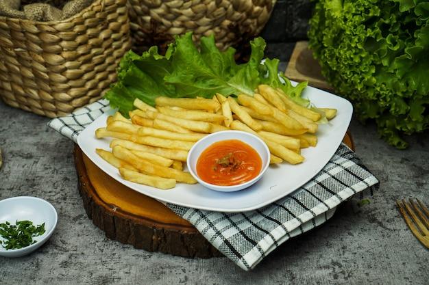Frytki lub frytki, miękkie lub chrupiące, zwykle spożywane jako część obiadu lub kolacji lub samodzielnie jako przekąska