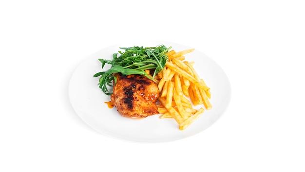 Frytki z grillowanym filetem z kurczaka i rukolą na białym tle.