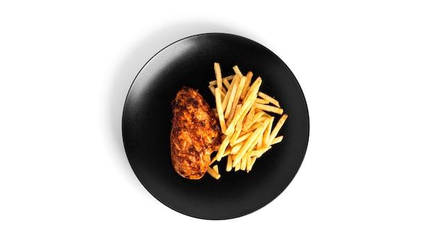 Frytki z grillowanym filetem z kurczaka na białym tle.