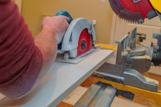 Frytki z pilarki tarczowej mężczyźni cieśla pracują na piłach tarczowych