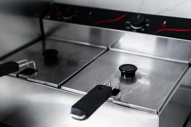 Frytkownica ze stali nierdzewnej w profesjonalnej kuchni z bliska