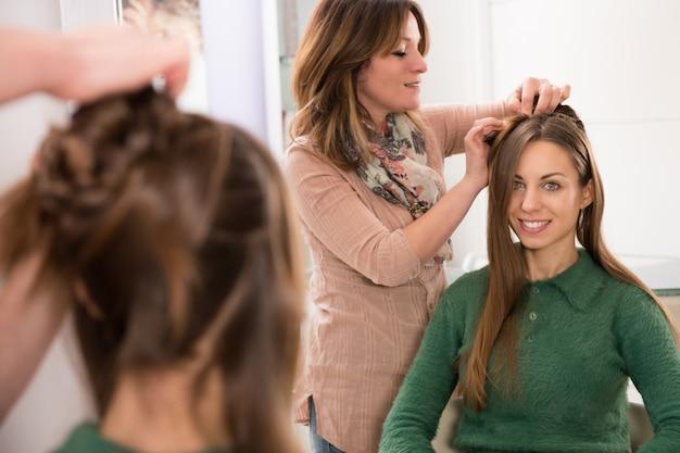 Fryzjer czesanie fryzury młodej dziewczynie