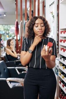 Fryzjer czyta wskazówki na butelce szamponu