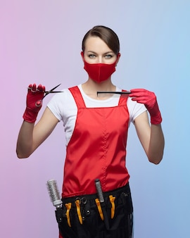 Fryzjer dziewczyna w czerwonej masce i rękawiczkach
