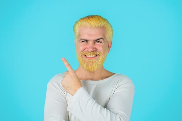 Fryzjer ekscentryczny mężczyzna z farbowanymi włosami blond hipster przystojny mężczyzna ze stylową fryzurą z brodą