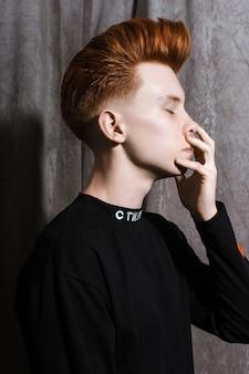 Fryzjer fryzjer rudy nastolatek fryzjer w sklepie fryzjer. modna stylowa fryzura retro