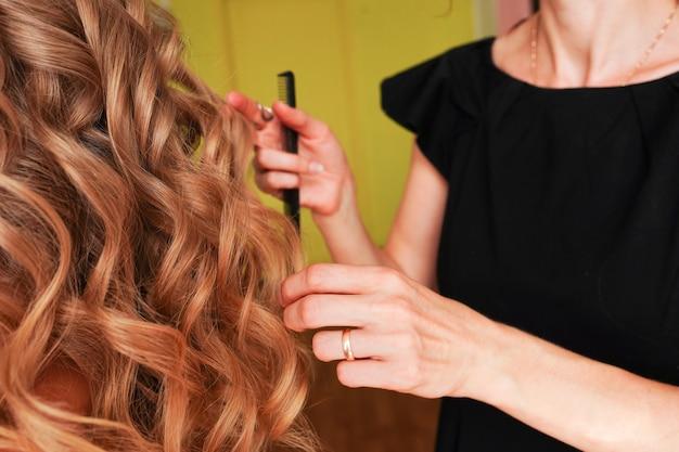 Fryzjer fryzjerski z bliska sprawia, że fryzura w salonie