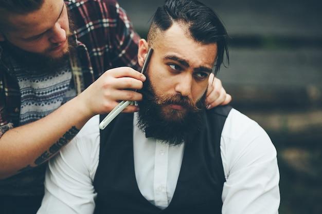 Fryzjer goli brodatego mężczyznę w stylu vintage