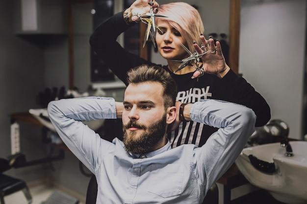 Fryzjer i klient dobrze się bawią