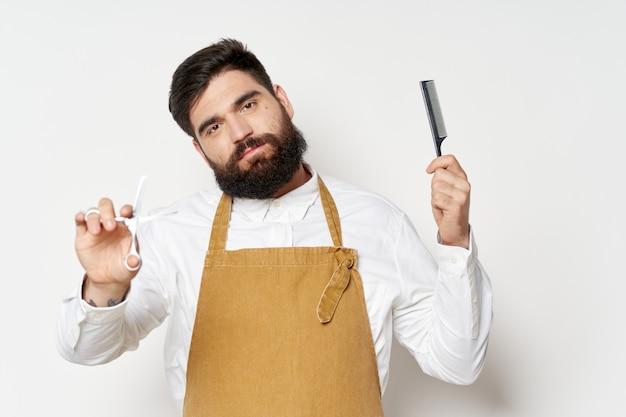 Fryzjer męski z nożyczkami i grzebieniem dla zakładów fryzjerskich