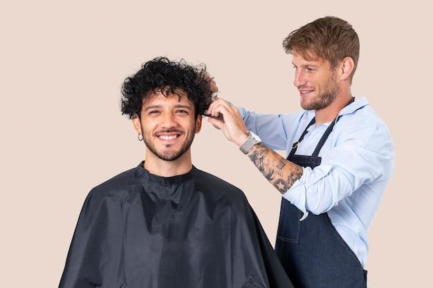 Fryzjer męski z ofertami pracy dla fryzjerów i kampanią kariery