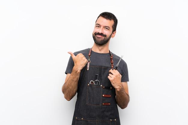 Fryzjer mężczyzna w fartuch z kciuki gest i uśmiechnięty
