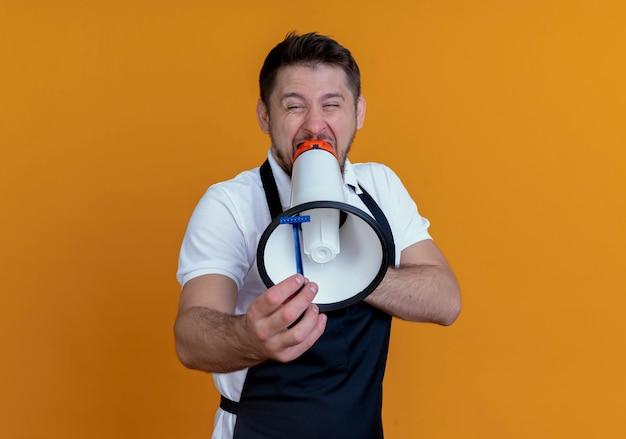 Fryzjer mężczyzna w fartuchu krzycząc do megafonu z agresywnym wyrazem stojącym na pomarańczowym tle