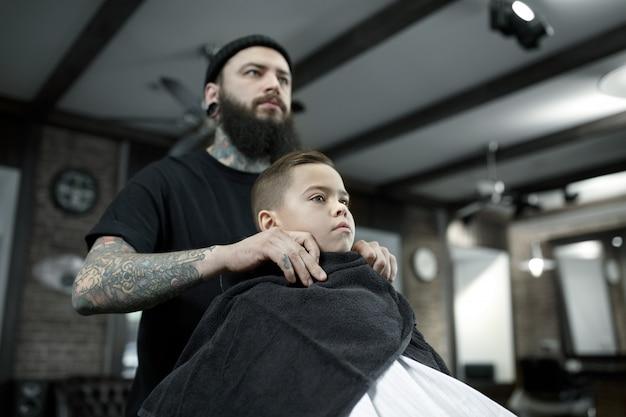 Fryzjer obcinający włosy małego chłopca