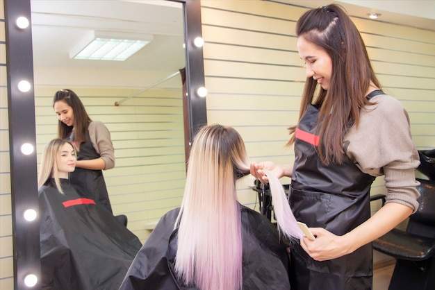 Fryzjer. pielęgnacja włosów. fryzjer bada włosy klientki, fryzury i stylizacji.