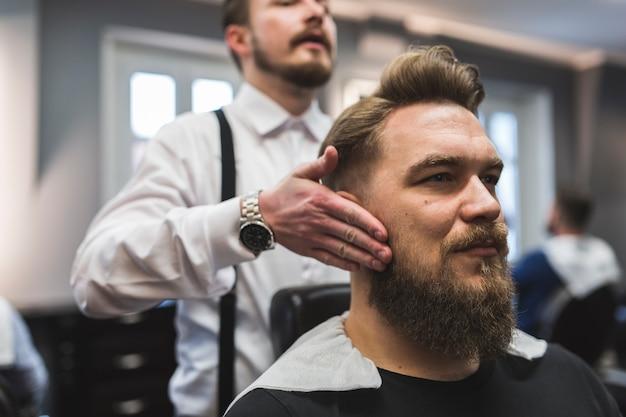 Fryzjer pokazuje wynik klientowi