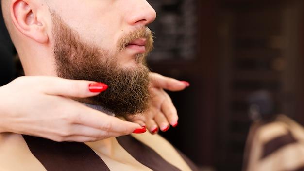 Fryzjer pracownik sklepu robi jej pracy z bliska