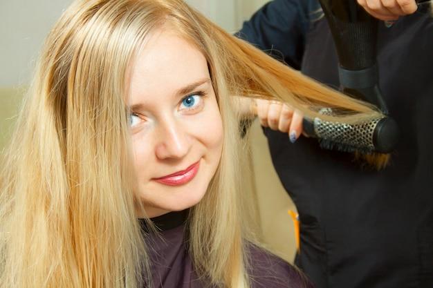 Fryzjer ręce suszenia długie blond włosy