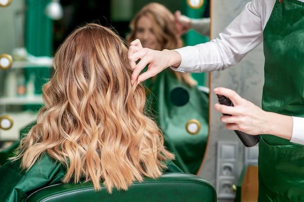 Fryzjer robi fryzurę.