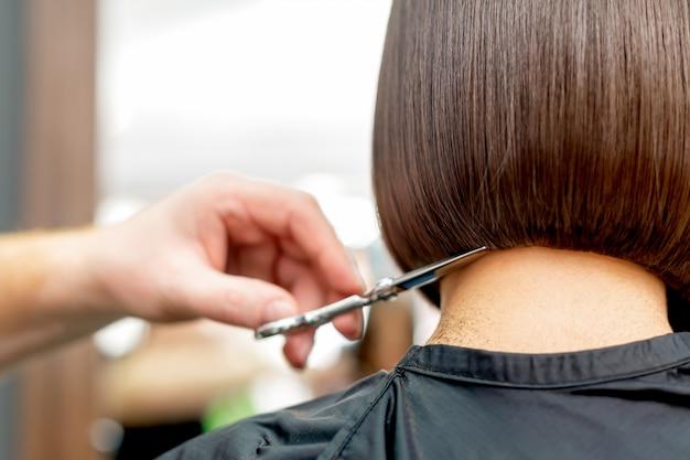 Fryzjer ścina końcówki włosów