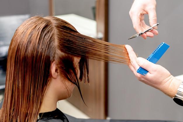 Fryzjer ścina włosy kobiety