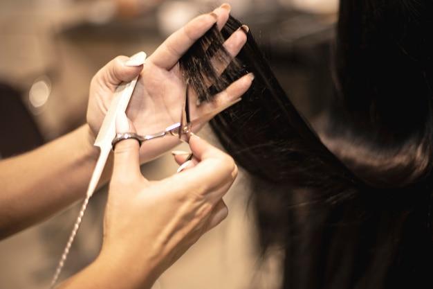 Fryzjer strzyże długie włosy u dziewczynki