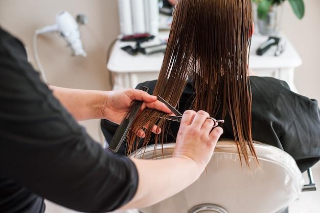 Fryzjer stylista robi zbliżenie strzyżenie sprzętu roboczego