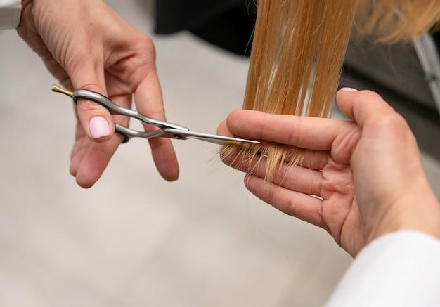Fryzjer stylizujący włosy klienta