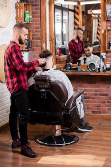Fryzjer z pełnym ujęciem sprawia, że włosy wyglądają idealnie