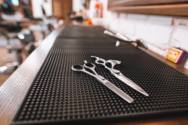 Fryzjera męskiego sklepu wyposażenie na drewnianym stole