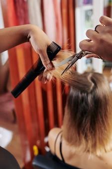 Fryzjerka czesająca i ścinająca część włosów
