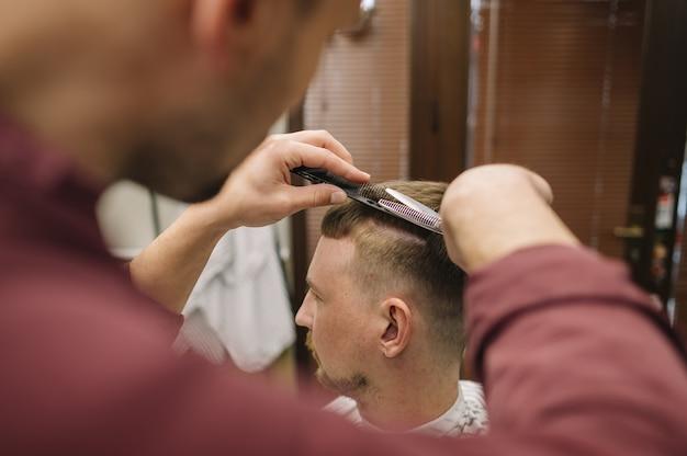 Fryzjerka strzyżenie klienta
