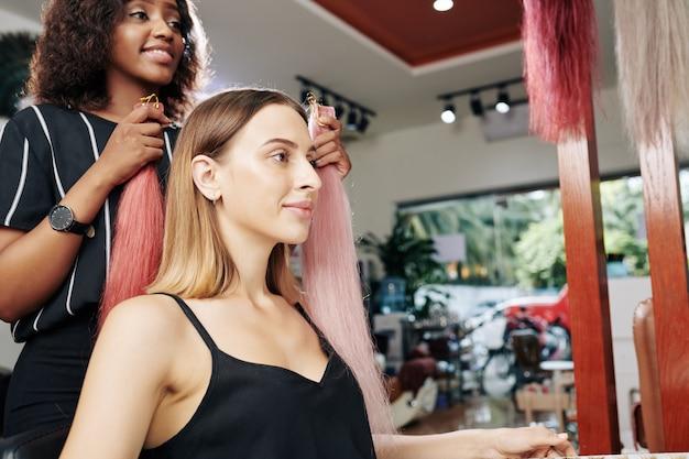 Fryzjerka wybiera najlepsze kolorowe przedłużki