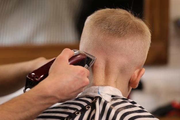 Fryzjerstwo męskie, strzyżenie, w sklepie fryzjerskim lub salonie fryzjerskim.