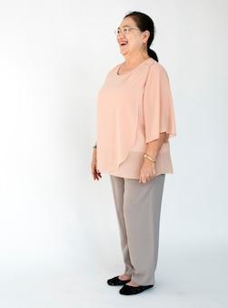 Fryzura senior odzież codzienna moda patrząc w tle