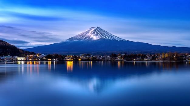 Fuji góra i kawaguchiko jezioro w ranku