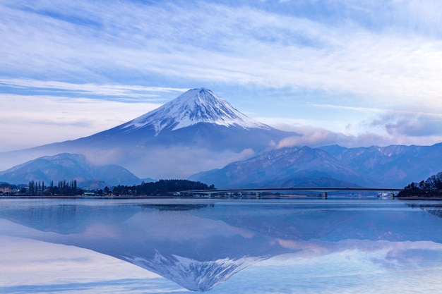Fuji góra przy kawaguchiko jeziorem, japonia