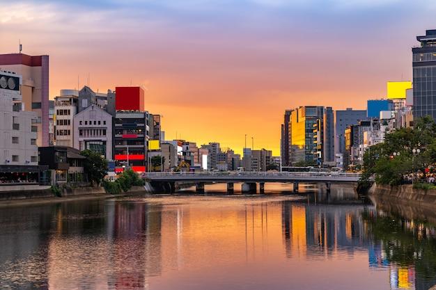 Fukuoka naka river sunset yatai stoisko z jedzeniem