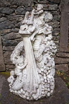 Funchal, madera - 04 lipca 2014: pomnik w ogrodzie tropikalnym monte palace w funchal, madera island, portugalia.