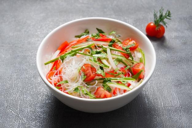 Funchosa z ogórkami, pomidorami i papryką. kuchnia japońska