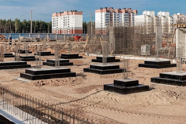 Fundamenty żelbetowe monolityczne pod budowę budynku mieszkalnego. grillowanie na budowie. wykop budowlany wraz z fundamentami.