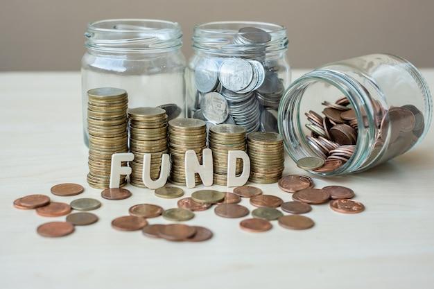 Fundusz tekst ze złotymi monetami rosnące pieniądze po schodach