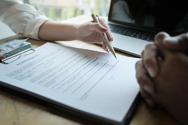 Funkcjonariusze firmy ubezpieczeniowej rozmawiają z klientami o podpisaniu umowy na zakup ubezpieczenia domu. koncepcje umów.