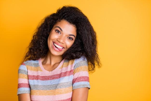 Funky afro american girl w pasiastej koszulce pokazując język
