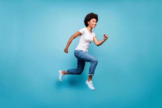 Funky dama skacząca wysoko wysportowana osoba